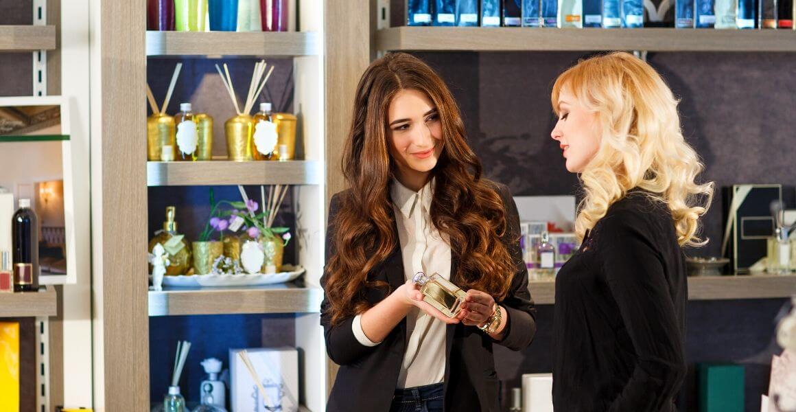 Jak wybrać perfumy. Nuty zapachowe perfum Kobiety wybierające perfumy