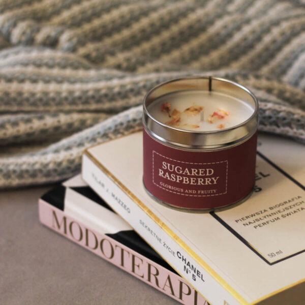 Świeca zapachowa The Country Candle Sugared Raspberry aranżacja