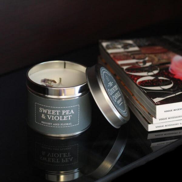 Świeca zapachowa The Country Candle Sweet Pea Violets aranżacja
