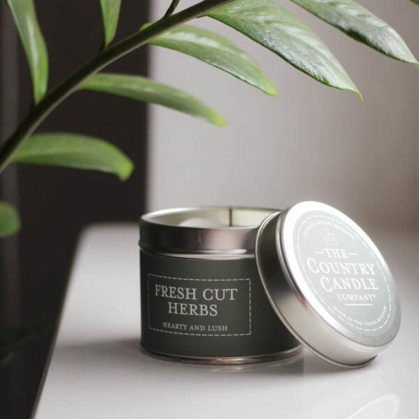 Świeca zapachowa The Country Candle Fresh cut herbs aranżacja zapach do domu