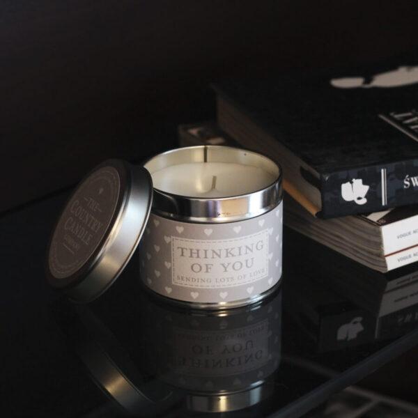 Świeca zapachowa The Country Candle Thinking Of You na prezent aranżacja