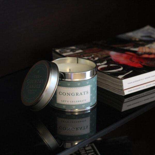 Świeca zapachowa The Country Candle Congrats na prezent aranżacja