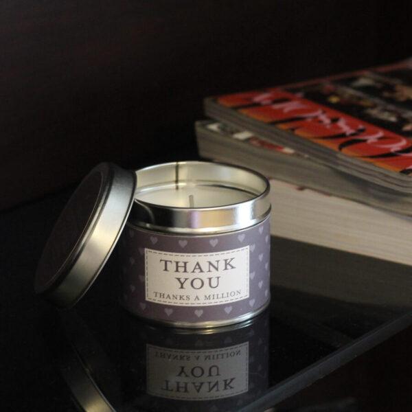 Świeca zapachowa The Country Candle Thank you na prezent aranżacja